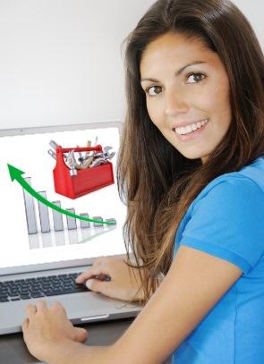 אישה ליד מחשב במהלך וובינר